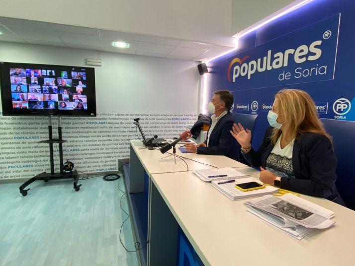 Francisco Vázquez y Yolanda de Gregorio en reunión telemática con los alcaldes sorianos.