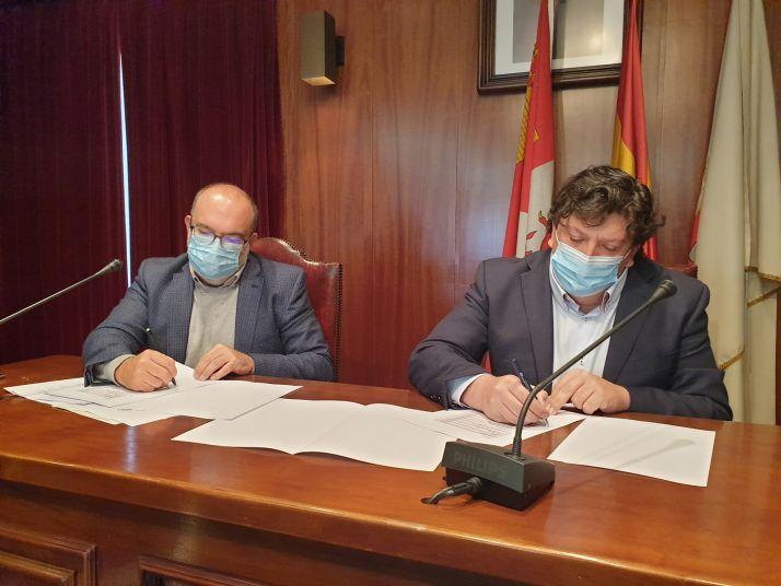 Miguel Latorre y Jesús Cedazo firman el convenio.