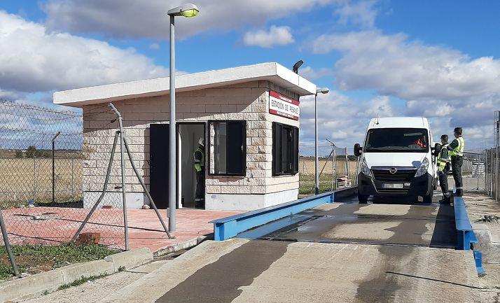 Pesaje de una furgoneta en un control de la Guardia Civil.
