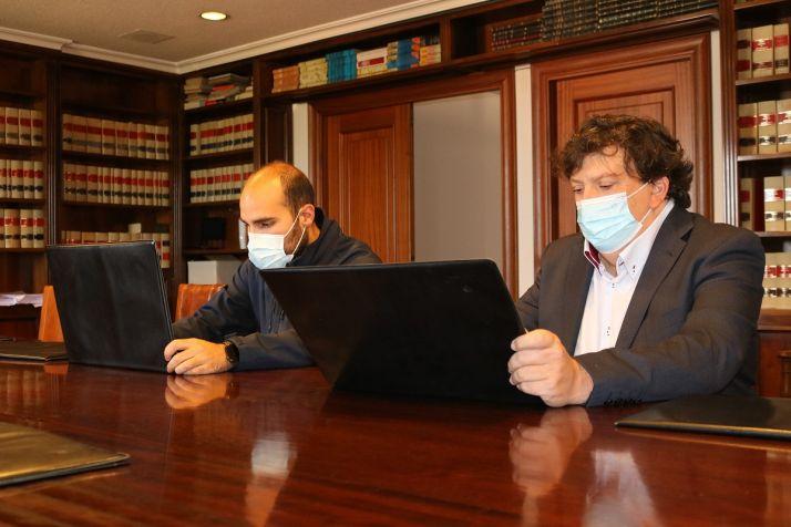Firma del convenio entre el alcalde de Almazán y el responsable de Proyecfilm.