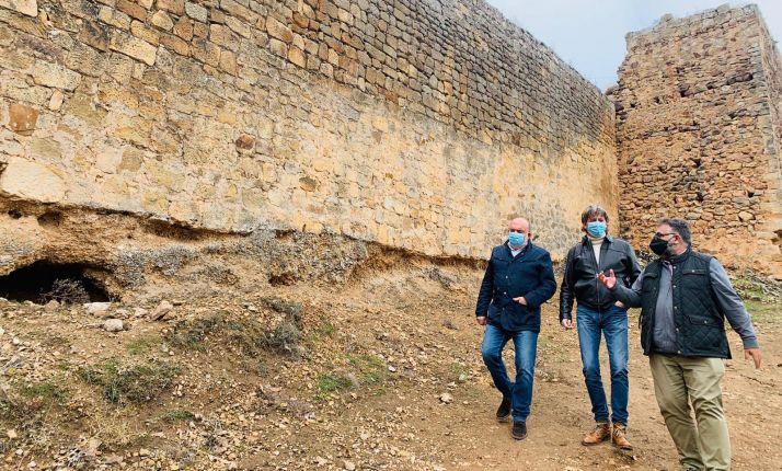 Latorre (izda.), Mínguez y Cobo en la visita a la muralla este martes. /Ayto.