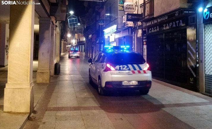 Dos patrullas de la Policía Local en la noche del sábado en El Collado. /SN