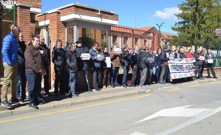 Una concentración de funcionarios frente al centro penitenciario de Soria. /SN