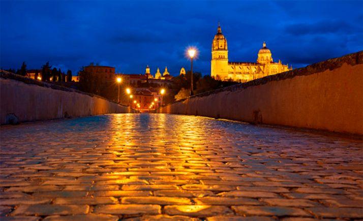 Pavimento del puente sobre el Tormes, con la catedral nueva al fondo, en Salamanca.