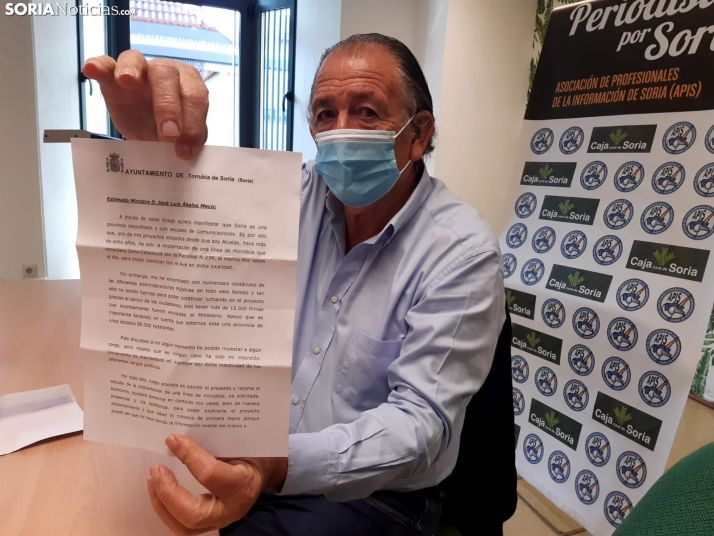 Raimundo Martínez muestra la carta que ha enviado a Ábalos.