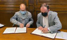 Juan Carlos Díez Gómez (izda.) de ARESO y Serrano, en la firma del acuerdo. /Dip.