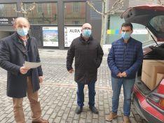 Miguel Latorre entrega las mascarillas del Gobierno de España.