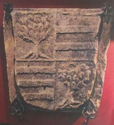 Foto 3 - Requisan un escudo heráldico de piedra del siglo XVI en un bar de Soria