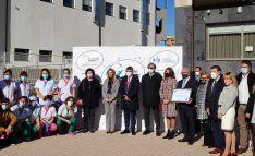 Entrega del galardón a Grupo Latorre ante la residencia Manuela y el futuro hospital que ultima la empresa. /SN