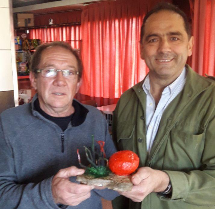 Amado Lozano junto con su trofeo.