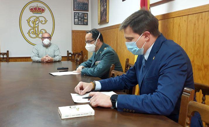 Latorre (izda.), Velarde y Alonso en la rúbrica del acuerdo. /SdG