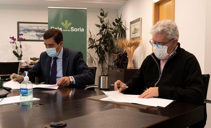 Izquierdo y Hernández en la rúbrica del acuerdo. /CRS