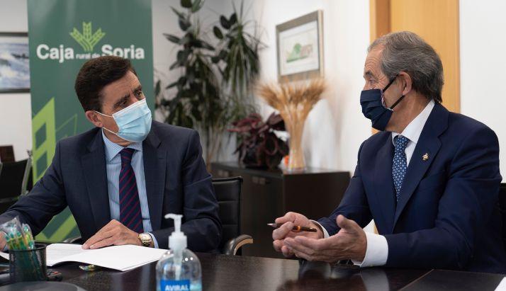 Martínez (izda.) y Molina, durante la firma del convenio colaborativo. /CRS