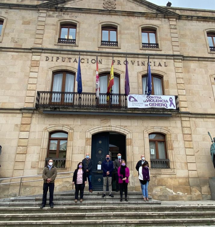 Foto 2 - Una cadena humana en la capital recuerda a las mujeres víctimas de la violencia de género