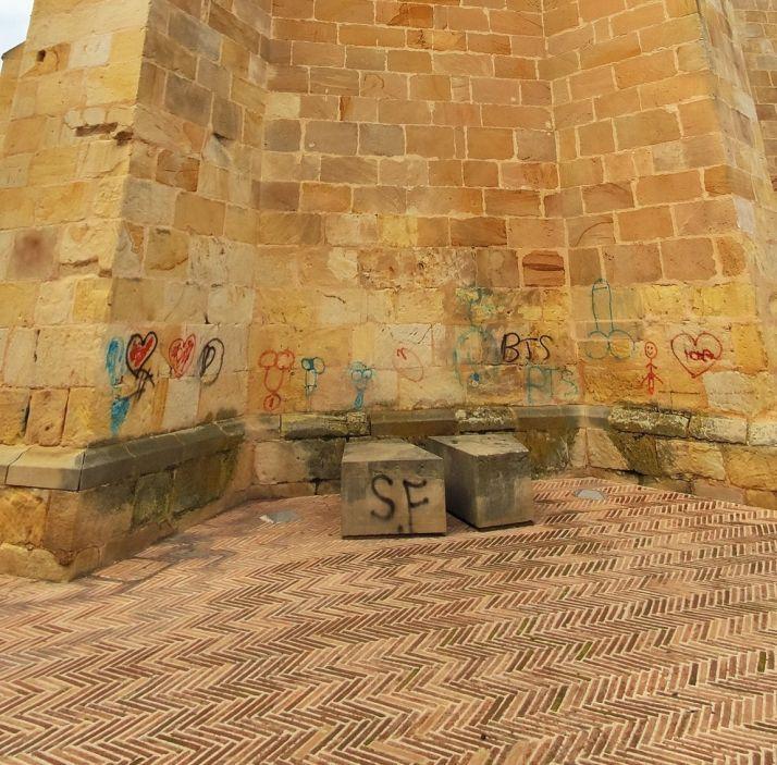 Foto 2 - Llenan de penes la iglesia de La Mayor. Una gamberrada que te puede salir muy cara