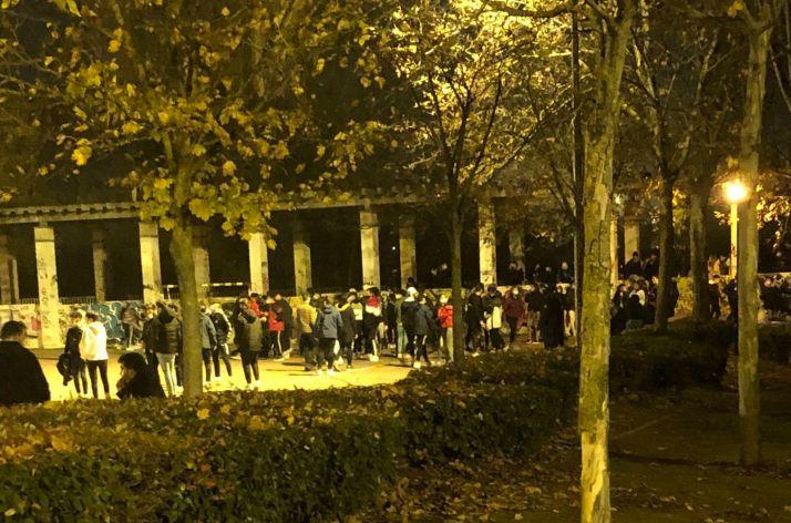 Jóvenes festejando la noche en Parquesol. /@alvarosanz_