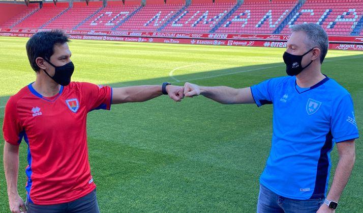 Javier del Pino y David Ramón, con camisetas oficiales del club. /CDN