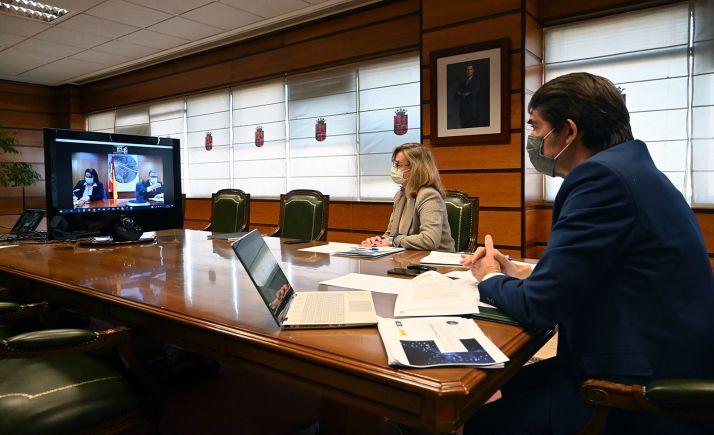 El consejero (dcha.), durante la videoconferencia mantenida con responsables estatales. /Jta.