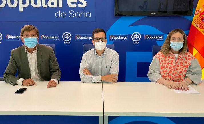Martínez, Cabezón y Heredia en la sede del PP en la capital.