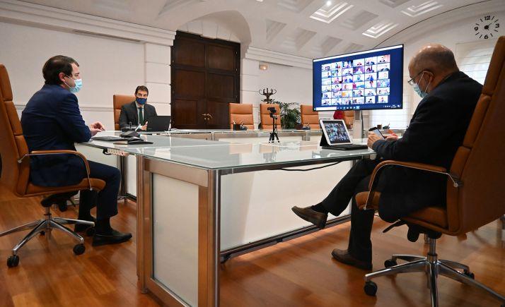 Íbáñez (dcha.), Mañueco e Igea, en la reunión con alcaldes y titulares de diputaciones. /Jta.