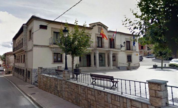 Una imagen de la casa consistorial de la localidad pinariega. /GM