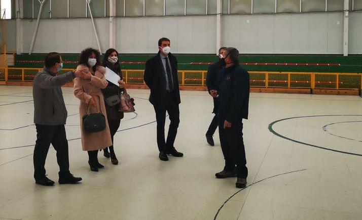 El consejero, en el centro, en la visita oficial a Burgos. /Jta.