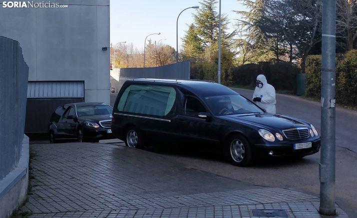 Dos vehículos funerarios salen del Santa Bárbara hoy, donde han fallecido cuatro pacientes por SARS-CoV-2/SN
