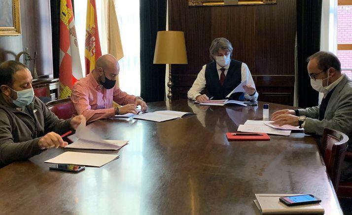 """Foto 1 - Mínguez presenta a CCOO y UGT el """"escudo social"""" del Ayuntamiento"""