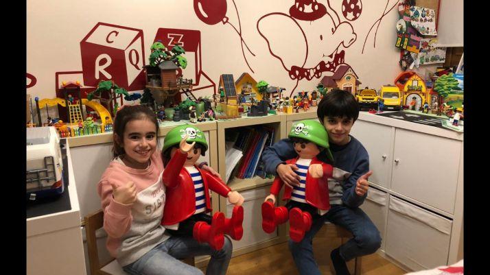 Eneko y Carlota junto a sus playmobils