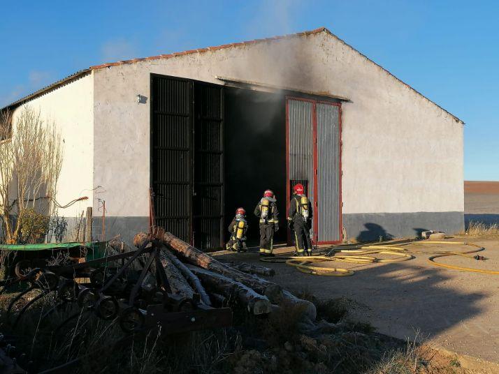Foto 2 - Arde una nave agrícola en Navalcaballo