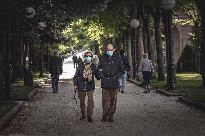 Sorianos paseando, protegidos, por la Dehesa.