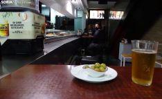 Interior de uno de los bares abiertos hoy en El Tubo. /SN