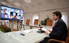 El presidente de la Junta en la reunión con los sindicatos del sector santiario. /Jta.