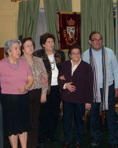 A la izda, Esther Rodríguez Monteagudo, en una foto de una junta directiva de la Casa de Soria.