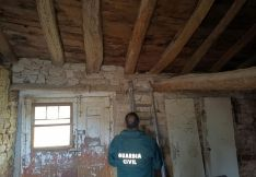 Un agente de la Guardia Civil en el lugar donde fueron encontrados los proyectiles en Barahona. /GC