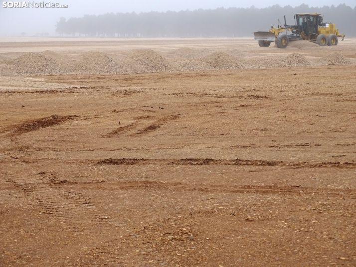 Labores de explanación de los terrenos este mediodía en el aeródromo. /SN