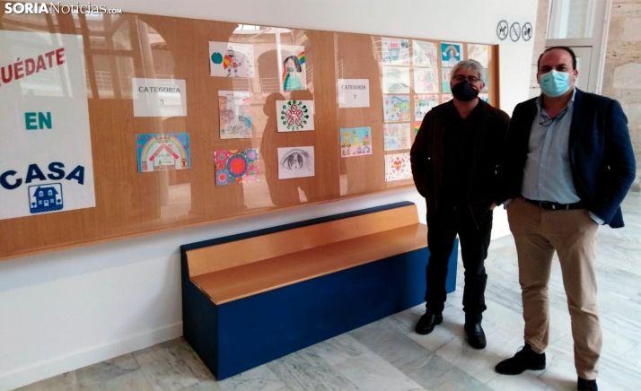 Miguel Cobo (dcha.) y Luis Cuesta con algunos de los trabajos presentados.