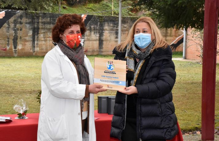 Imagen de la visita de la delegada al centro para entrega del distintivo. /Jta.