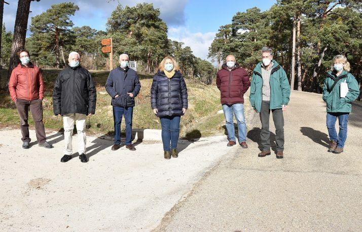 La delegada (ctro.) en la visita a una de las pistas forestales reparadas. /Jta.