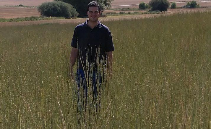 El investigador, en un campo de cultivo. /CEDER