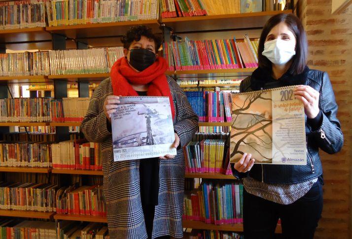 La concejala responsable de la iniciativa, Teresa Ágreda; y la autora de la lámina que ilustra el mes de enero, Ana Beatriz Gonzalo.