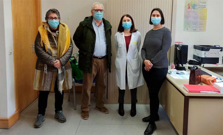 La doctora, con los miembros de la junta directiva.