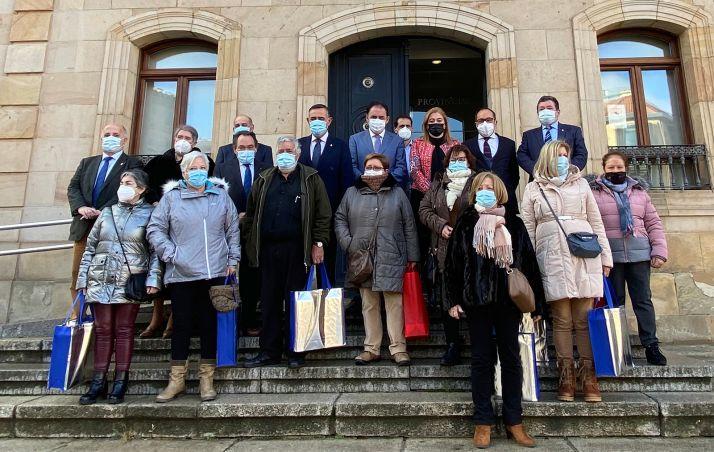 Foto de familia de jubilados y miembros de la corporación provincial. /Dip.