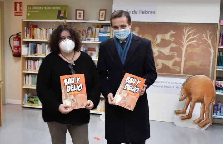La autora y el viceconsejero de Cultura.