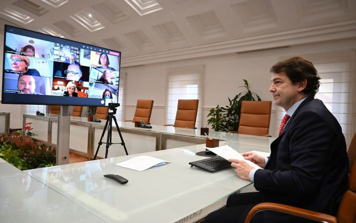 """Foto 2 - Mañueco ofrece a los sanitarios la """"máxima disposición"""" de la Junta para alcanzar un acuerdo sobre las condiciones laborales"""