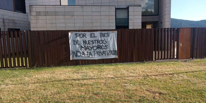 Imagen de una pancarta colgada en la residencia Cuna del Duero.