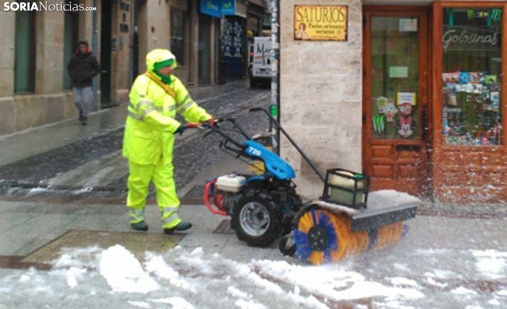 Un operario despejando nieve en Marqués de Vadillo, en el centro de la capital. /SN