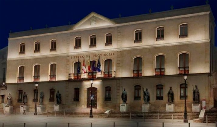 Imagen nocturna del Palacio Provincial, sede de la Diputación.