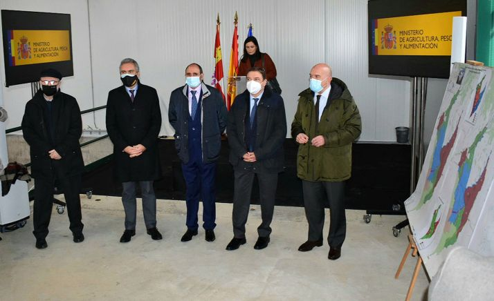 El consejero (dcha.) junto al ministro hoy en la visita oficial. /Jta