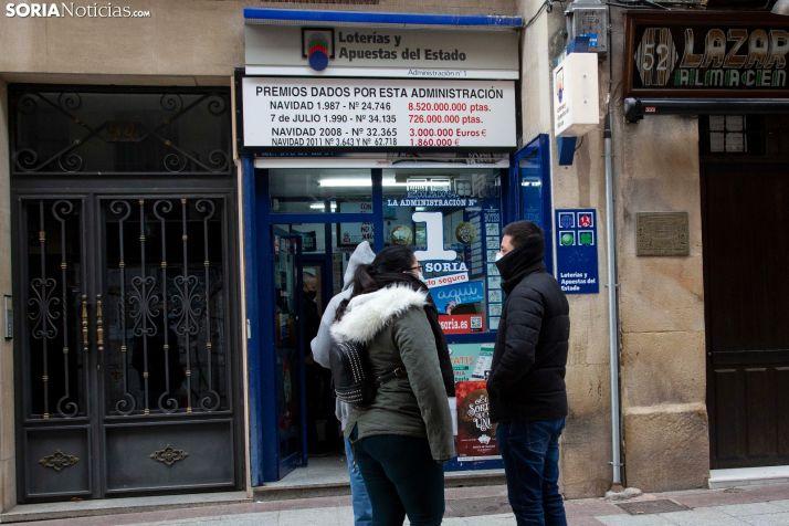 Sorianos guardando cola frente a una administración durante los días previos al sorteo. /María Ferrer
